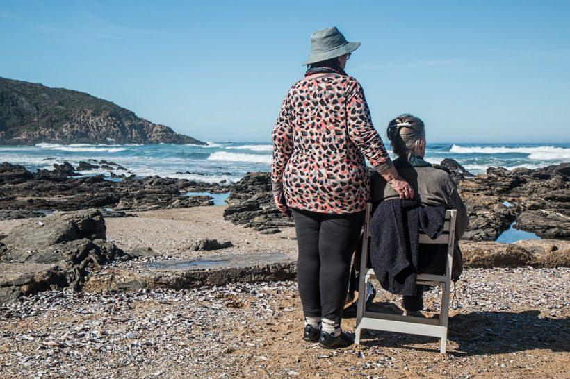 Femmes âgées sur une plage, regardant la mer